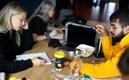 Tre studenter sitter och pluggar tillsammans