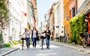 Tre studenter promenerar i stadsdelen gamla väster.