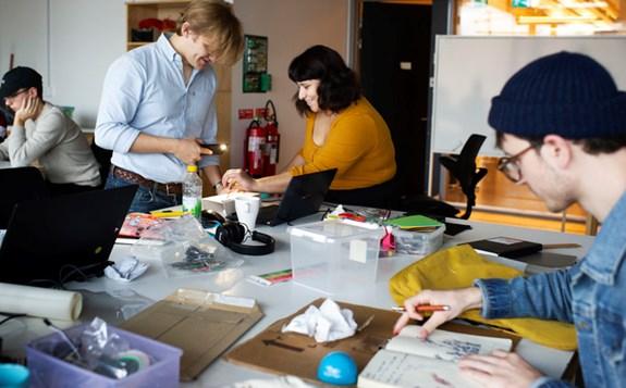 Studenter samarbetar vid bord