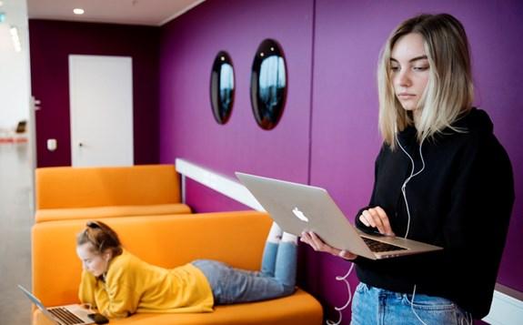 Studenter skriver på dator