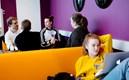 studenter studerar enskilt tillsammans, avslappnat, lila , orange , laptop